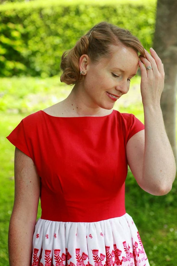 Sewing - The Stepford Wife does Christmas Dress {via Jennifer Lauren Vintage}