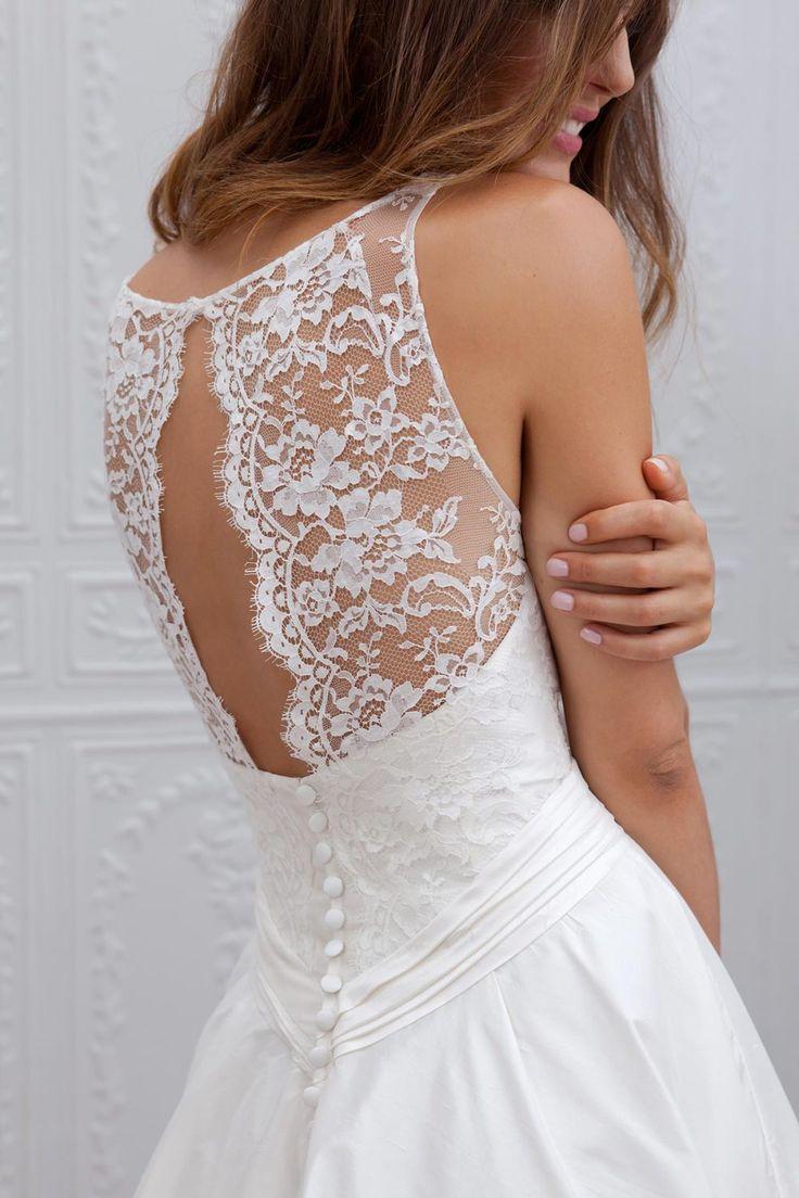 wedding_dress dentelle et petits boutons