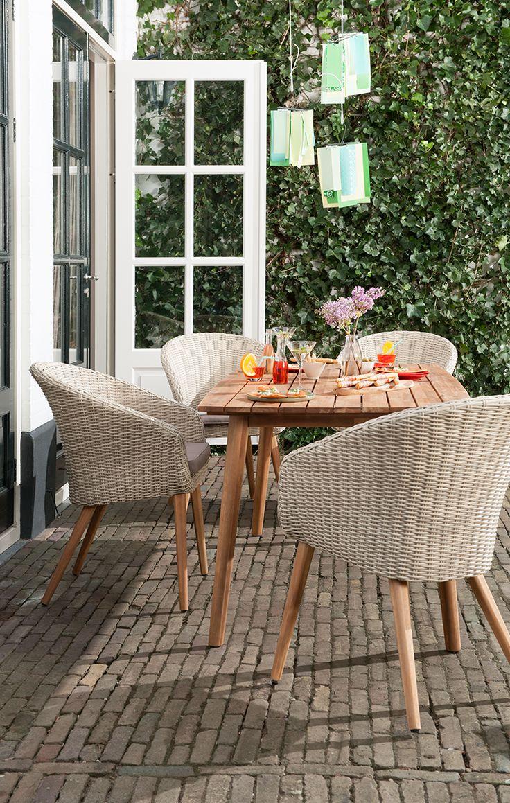 Simpel maar elegant: dat is deze tuinset Trentino van Le Sud! De tuinstoelen hebben houten, uitstaande poten, wat de stoelen een unieke uitstraling geeft. De stoelen zijn bovendien te combineren met bijna iedere (houten) tuintafel!