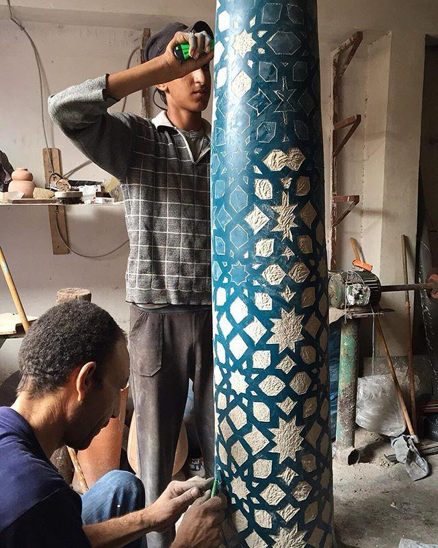 Carvando el tadelakt en Marruecos. www.talleresnomadas.com