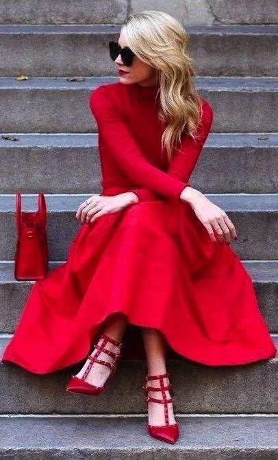 Vestito rosso e scarpe blu 116