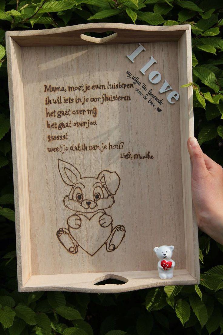 WOOD dienblad  De leukste én liefste persoonlijke kado's voor je moeder! ♡ Kopen? Mail ons. wooddesignzwinkels@gmail.com