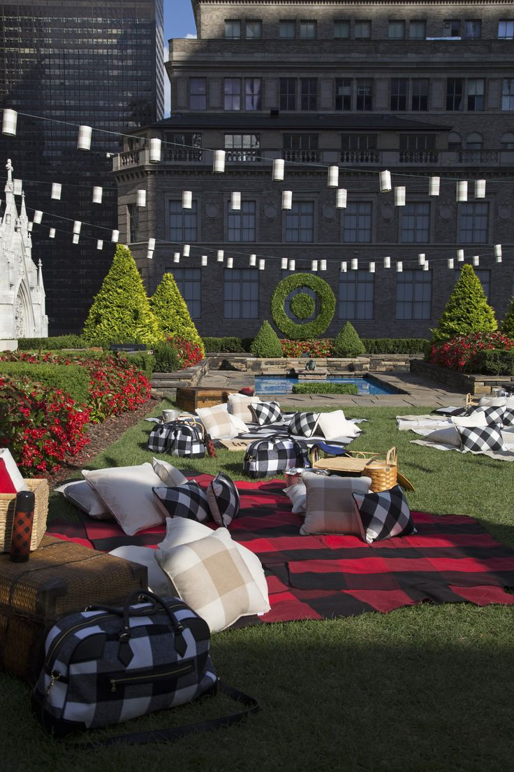 Plaid blankets, string lights, live music—event planner extraordinaire David Stark spills his secrets to throwing the perfect outdoor fête.