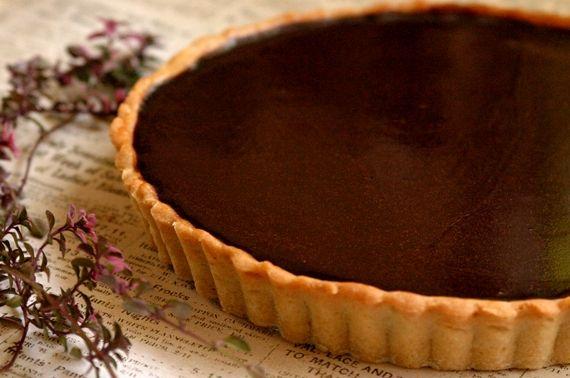 以前に紹介したチョコレートタルトのアレンジ番。 お子様には向かない濃厚でビターなフィリング。 仕上げはココアではなく、ツヤツヤのチョコレートコーティングで見た目にも美しく。 以前のレシピより贈りものに向くように再構成しました。 チョコレートタルトの仕上げをコーティングする...