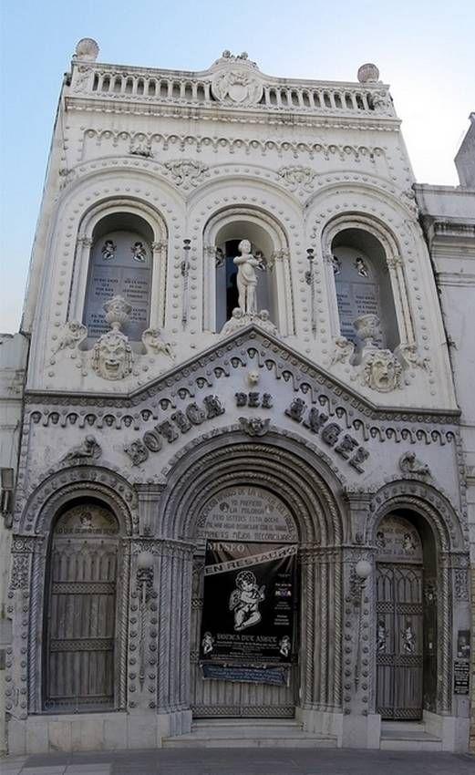 Frente. La Botica del Angel, en Sáenz Peña 541.