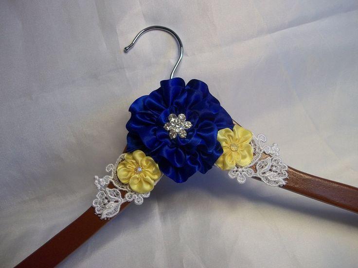 Colgador de vestido de Dama de honor con flor por AllAHeartDesires