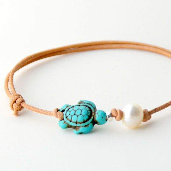 Natural leather anklet with a beautiful freshwater pearl and a cute little sea turtle bead. Perfect for spending a day on the beach.