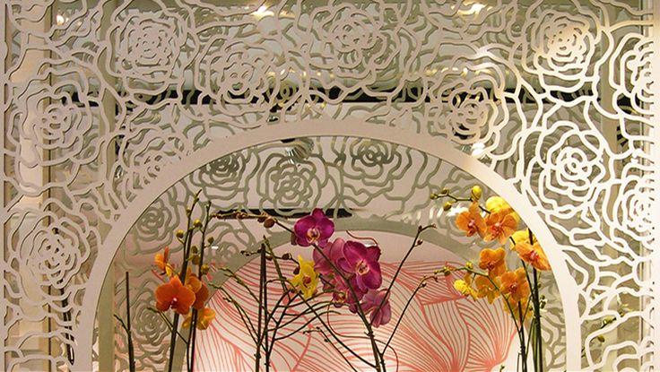 Μεταλλική διάτρητη πέργκολα για τοποθέτηση λουλουδιών σε ανθοπωλείο. Μελέτη διακόσμησης και φωτισμού καταστήματος. Δείτε περισσότερα έργα μας στο  http://www.artease.gr/interior-design/emporikoi-xoroi/