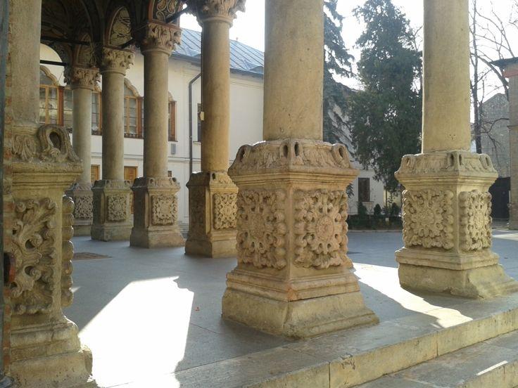 Coloanele din exonartexul bisericii Mănăstirii Antim, sculptate după desenul Sf. Ierarh Antim Ivireanul