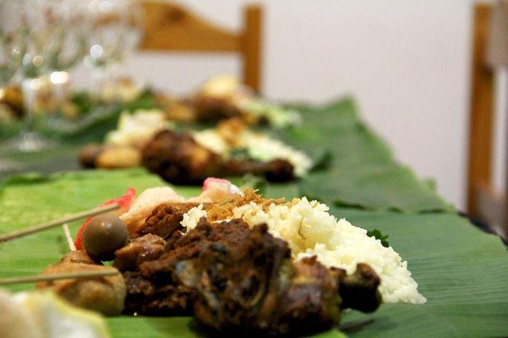 """La Embajada de #Indonesia en Argentina organizó una encuentro gastronómico temático para mostrar su #cocina tradicional. Participamos de esta experiencia en Equilibrium Global de """"Nikmatnya Liwetan"""", donde diplomáticos indonesios llevaron la cultura y la identidad de este país del Sudeste Asiático a través de la #gastronomía. La Embajada de Indonesia en #BuenosAires tiene página de Facebook https://www.facebook.com/KBRIBuenosAires/"""