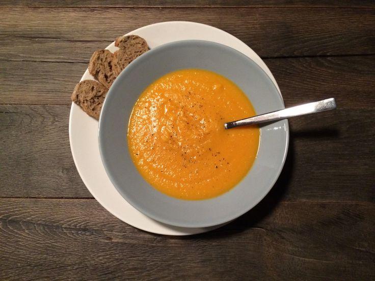 Recept zoete aardappelsoep. Makkelijk en gezond recept. Zoete aardappel zit vol vitaminen en aan deze stevige soep heb je een echte maaltijd.