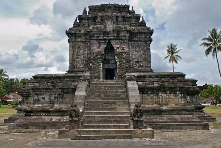 MENDUT TEMPLE A Throne for The Giant Buddha StatueBorobudur, Magelang, Jawa Tengah, Indonesia Mendut Temple is a Buddhist temple built by King Indra of Syailendra Dynasty. Mendut