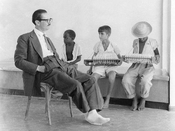 Na campanha para a presidência da República, em 1960, Jânio aparece descalço entre crianças, uma forma de parecer mais próximo da população