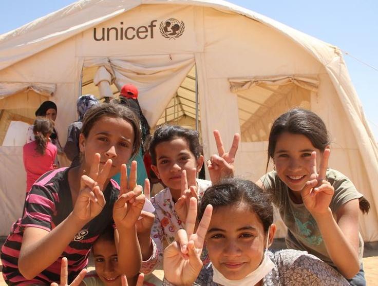 """Questa foto è stata scattata nel campo profughi di Za'atari, in Giordania, dove vivono 24.000 sfollati in fuga dalla Siria. I bambini si trovano davanti allo """"spazio a misura di bambino"""" dell'UNICEF. www.unicef.it/siria"""