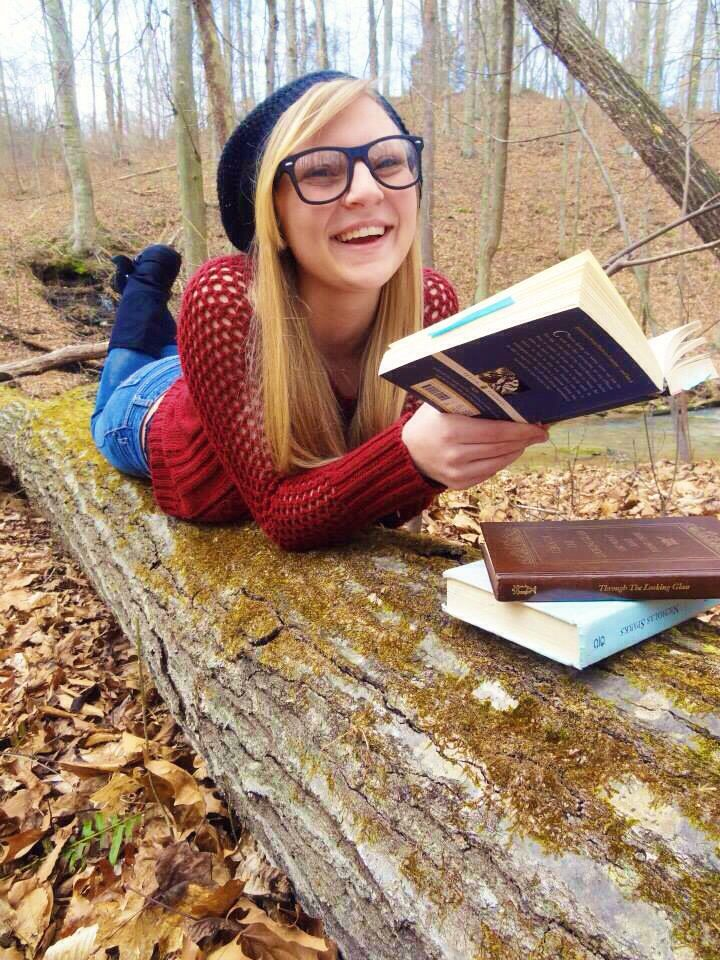 Photoshoot. Photoshoot with friends. Spring photoshoot. Outdoor photoshoot. Pictures with books. Bookworm.