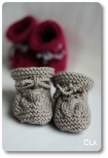 Voici de petits chaussons adorables à tricoter pour les nouveaux nés. Tuto gratuit, en français, modèle de tricot, chaussons bébé.