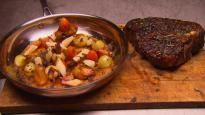 Steak d'aloyau accompagné de légumes racines rôtis et d'une purée d'oignons jaunes