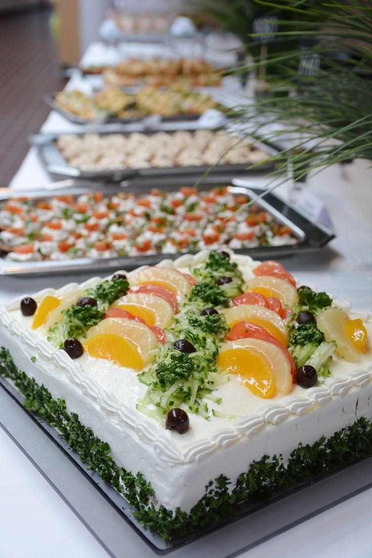 Perinteinen voileipätorttu kruunaa juhlapöydän ja maistuu taatusti jokaiselle #linkosuonjuhlapalvelut #linkosuo #voileipäkakku