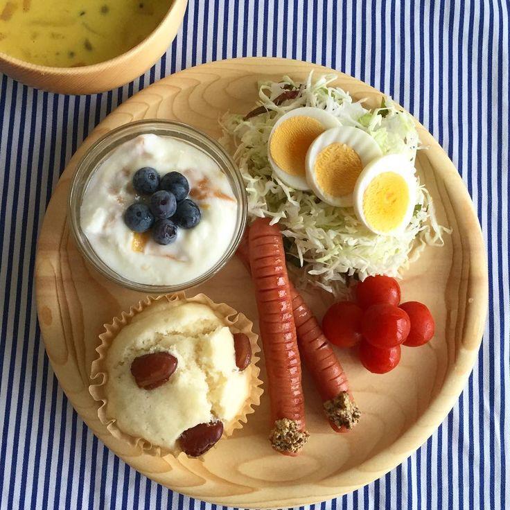 朝ごはん。  甘納豆入り #蒸しパン ウインナー ミニトマト もりもりキャベツサラダ #マンゴーヨーグルト &ブルーベリー #かぼちゃスープ . #朝ごはん#ワンプレート#オケクラフト#ウッドプレート#ウッドボール#しましま#おかえりマンゴー