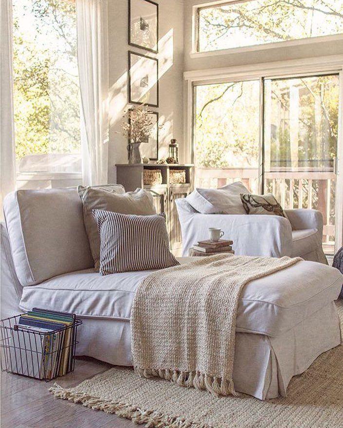 Para uma manhã ensolarada um quarto confortável e cheio de aconchego. Tons claros cama fofa e janelas grandes iluminam e dão aquele sensação boa de paz. Gostam?  Produtos similares: -Porta Revista Marrom -Almofada Vivace Listrada 040 - 43 x 43 cm Cetim Bege -Sofá-Cama Casal Nancy Branco Linoforte  #inspiration #homedecor #descanso #tonsclaros #tonsneutros #home #aconchego #tranquilidade #mobly #moblybr #decoracao #decoranddesign #minhacasa #casa #ficaadica #casanova #lardolar #homesweethome…