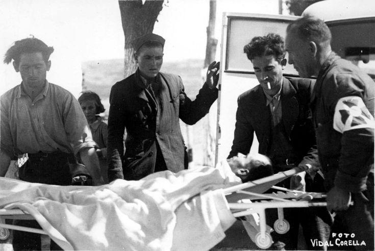 Uno de los heridos de la guerra en Valencia es recogido por una ambulancia, en 1936 ARCHIVO ABC