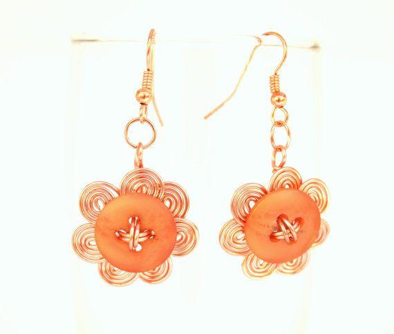 Draad knop oorbellen in oranje koperen draad gewikkeld bloem