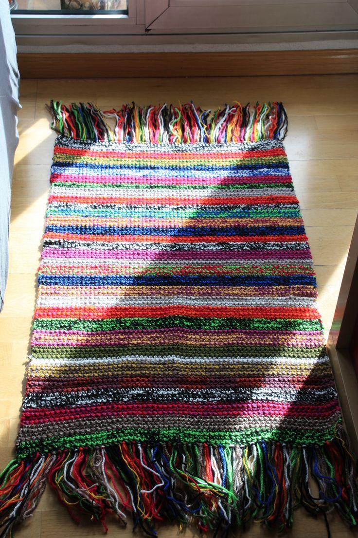 Alfombra de lana multicolor realizada a crochet