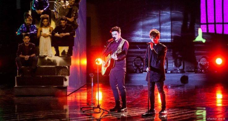 Gli Urban Strangers cantano Giorgio Gaber, La libertà è partecipazione, sul palco dell X Factor Arena e il loro messaggio arriva forte e chiaro.