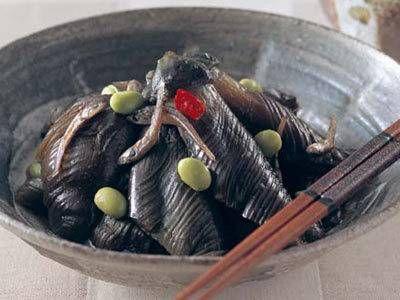 奥村 彪生さんのなすを使った「なすとじゃこの田舎煮」のレシピページです。なすを下ゆでしてから煮ると柔らかく、煮汁をじんわり含みます。麦飯と食べるとしみじみおいしい、日本の味。 材料: なす、かえりちりめん、赤とうがらし、枝豆、塩、砂糖、しょうゆ、ごま油