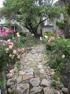 a pretty stone pathGardens Ideas, Pink Roses, Cottages Gardens, Gardens Paths, Creative Gardens, Beautiful Stones, Romantic Gardens, Gardens Walks, Beautiful Gardens