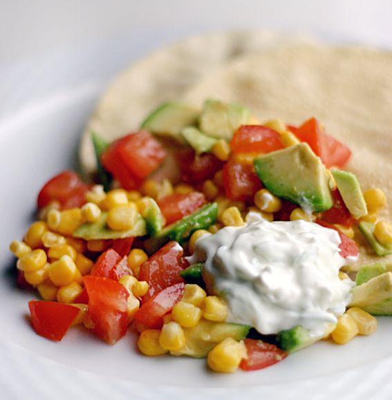 Heerlijke maissalade met papadums en zelfgemaakte tzatziki. Eet het als lunch, voorgerecht of bijgerecht. Perfecte lichte salade voor bij de barbecue.