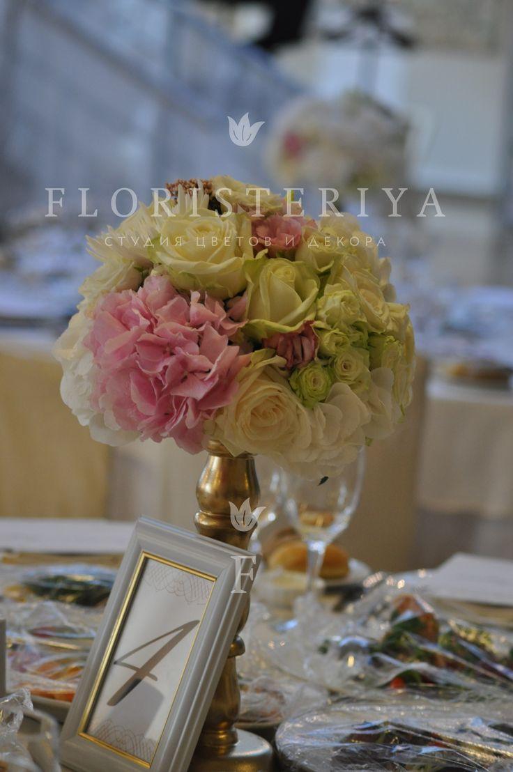 композиция на стол гостей из роз и гортензии