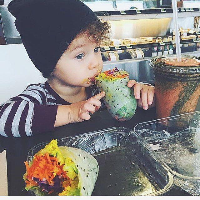 Y'a pas d'âge pour la bonne bouffe  #rouleaux#smoothie#chlorophyll#cru#green#healthyfood#healthychoices#vscofood#raw#vegan#vege#loveit | REGRAM @