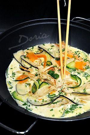 Un plat très parfumé que nous avons beaucoup aimé... Ingrédients pour 4 personnes 4 filets de poulet 1 radis noir 3 carottes 1 courgette 1 oignon de Roscoff 400 ml de lait de coco 1/2 cc de curry vert 2 cs de sauce nuoc-mam 1 cs de sauce soja 1 cc de...