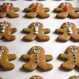 Una+volta+cotti+i+biscotti+puoi+decorarli+a+tuo+piacimento,+preparando+la+ghiaccia+così:+monta+450+grammi+di+zucchero+a+velo+con+75+di+albume+e+qualche+goccia+di+limone.+Devi+ottenere+un+composto+spu