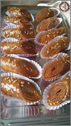 Salam alaykoum, c'est une variante de chebakias mais dans une forme différente, c'est cuit en 2 temps d'abord à sec à la poêle puis dans un bain d'huile. Après les recettes varient comme pour les chebakias, ici c'est...