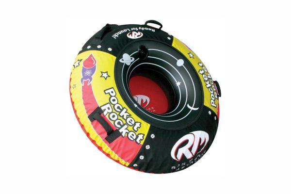 "<p>Ski Tube ""Pocket-Rocket"" Προσφέρει τη μέγιστη διασκέδαση και απόδοση με μικρό οικονομικό αντάλλαγμα. Ιδανικό για έναν ή δύο αναβάτες με τέσσερις λαβές. Διαθέτει νάυλον κάλυμμα, ανθεκτικό στα σκισίματα.</p>"