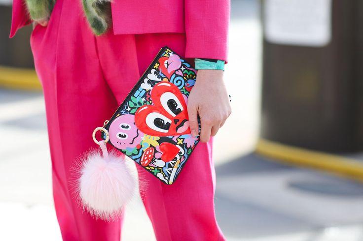 A New York Fashion Week pode ter acabado, mas não as inspirações que vêm do street style dela! Reunimos neste post as bolsas mais divertidas flagradas por lá, um bom jeito de dar uma animada (e colorir) essa segunda-feira! Tem desde as já clássicas bolsas Olympia Le Tan em formato de livro, com a escolhida …