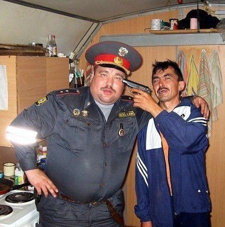 Мексиканский наркобарон держит на мушке американского полицейского, требуя шлюх, блэкджек и зелёный коридор до Чикаго uzoranet: Гейропа и Пендосия в картинках (продолжение, 66 фото)