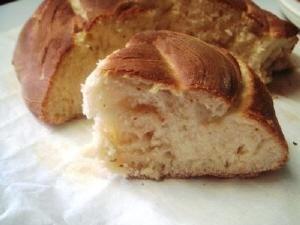 Wat ruikt er lekkerder dan vers gebakken brood? Brioche natuurlijk, een met roomboter en ei verrijkt brood. Dit brioche recept bevat ook sinaasappel, suiker en rozijnen