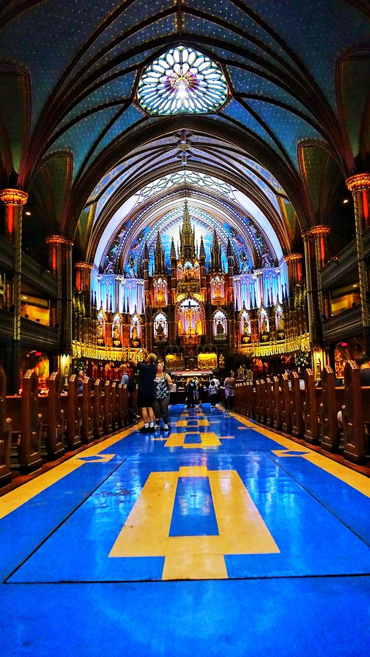 The inside of the Notre Dame cathedral in Montreal, one of the most astonishing architectures the city has to offer. Travel to Montreal with this travel guide. Best sights of Montreal, things to do in Montreal, what to see in Montreal, and more.