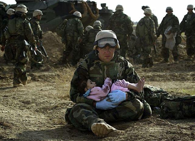 Damir Sagolj es un fotoperiodista que desde 1998 trabaja para Reuters. En esta fotografía, un soldado Estadounidense sostiene en sus brazos a una niña Iraquí.