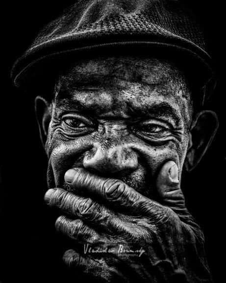 Straßenfotografie – Schwarz-Weiß-Porträt eines Obdachlosen Afroamerikaner-Mannes – 8 x 10-Fotografie, Schwarzweiß-Porträt, Gesicht, Obdachlose