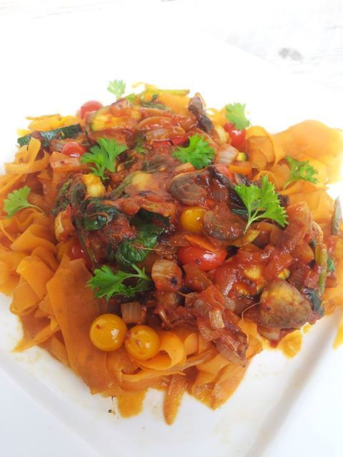 Wortel spagetti 2 personen: * 2 grote wortels julienne gesneden * Blikje tomatenpuree * Groente naar keuze (courgette, ui, spinazie, champignons & tomaten) * Eventueel gehakt * Verse peterselie De wortelslierten 3 minuten koken. De groente (en evt. het gehakt) roerbakken, op smaak brengen met peper & zout. Hier de tomatenpuree door roeren. Serveren met verse peterselie.