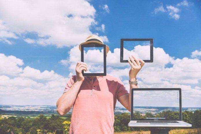 27 Gadgets para viajeros  Cállate y toma mi dinero  Somos unos incomprendidos aunque parece que con estos Gadgets Para Viajeros por fin nos comienzan a entender.  Algunos son demasiado divertidos como para no tenerlos otros agregan comodidad a nuestros viajes y otros nos abren nuevas puertas hacia la tecnología. Adivinaste: estoy hablando de gadgets para viajar. Estas herramientas inteligentes cambiaron la manera de experimentar el mundo se convirtieron en los salvavidas de los viajeros.  1…