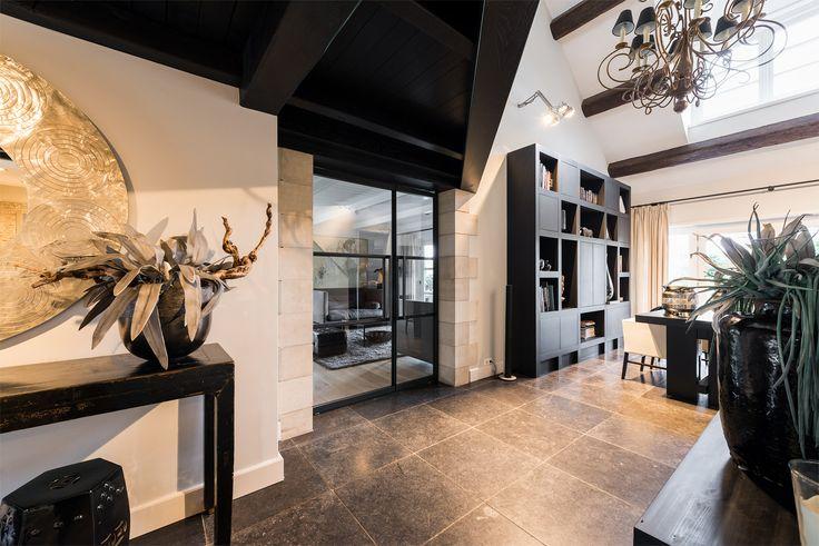 De bewoner van dit luxe woonhuis in Oostvoorne heeft GewoonGers een dubbele taatsdeur laten verzorgen. De vakverdeling met grote oppervlakten glas zorgen voor een optimaal behoud van lichtinval en gevoel voor ruimte. GewoonGers is hier weer gecombineerd met een unieke woonstijl! #GewoonGers #Rotterdam #maatwerk #custommade #aluminium #vintage #steellook #doors #stalendeur #stalenpui #interieur #interieurarchitect #interieurontwerp #woonhuis #luxe #wonen #home #interieurdesign #architect