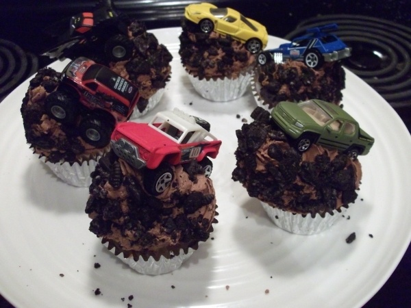 Dirt cupcakes with cars the kids can keep