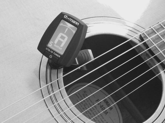 Gitarre stimmen mit einem elektronischem Stimmgerät / stimmen 432 Hz
