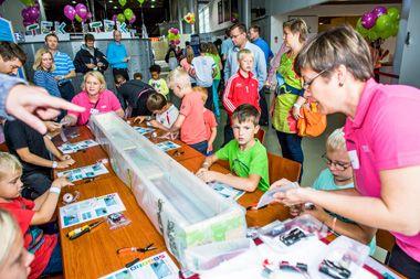 Työpäivä TEKissä ei aina ole toimistossa istuskelua. TEKin henkilökunta järjesti tiedekeskus Heurekassa TEK-päivän 31.8.2013. Heurekassa kävi melkoinen kuhina, kun tekniikan ihmeisiin ja TEKin toimintaan tutustui päivän aikana noin 2 500 tekkiläistä ja heidän perheenjäsentään. Lapset pääsivät rakentamaan itselleen veneen Tutki-Kokeile-Kehitä -tiedekilpailun Telakka-pisteellä. #teknologia #tiede #tekniikanakateemiset