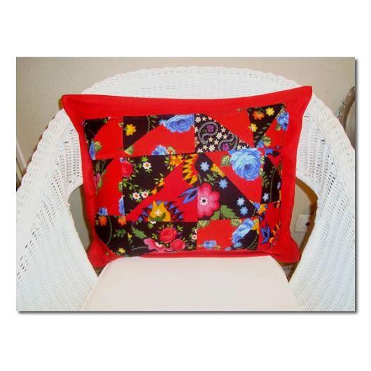 FotoğrafDivitin pazen kumaşlardan hazırladığım kaşe kumasla tamamladığım yamalı yastık kılıfı .Ister yaşam alanında isterseniz balkonunuzda bahcenizde dört mevsimlik .Lütfen fiyat bilgisi ve siparişleriniz için rengarenkoku@gmail.com adresine e- posta